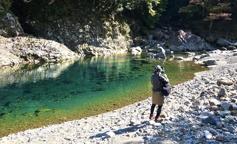 京良谷の美しい水面の近くでランチタイム