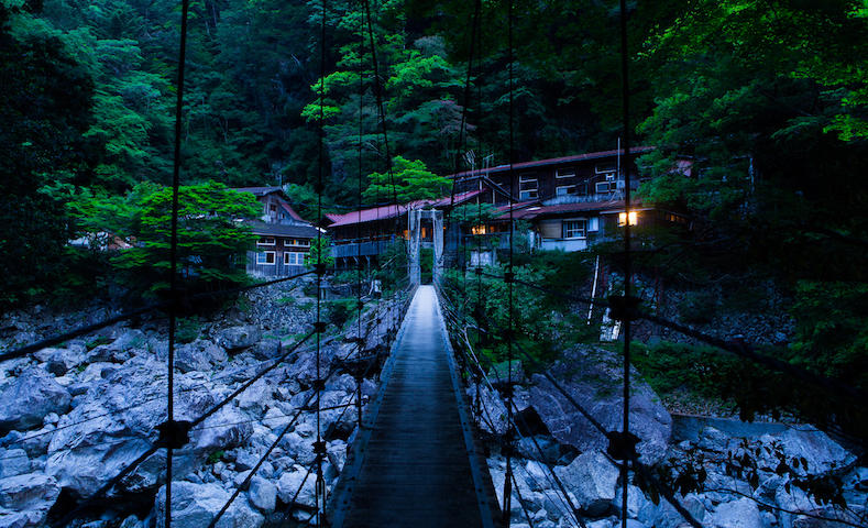 大杉谷にある山小屋のひとつ「桃の木山の家」。夜の山小屋を体験できるのも宿泊ツアーの魅力のひとつ
