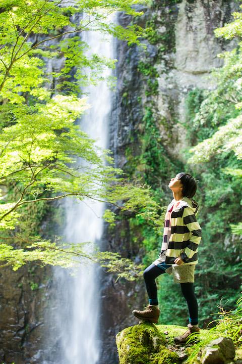 秘密の滝でポーズ
