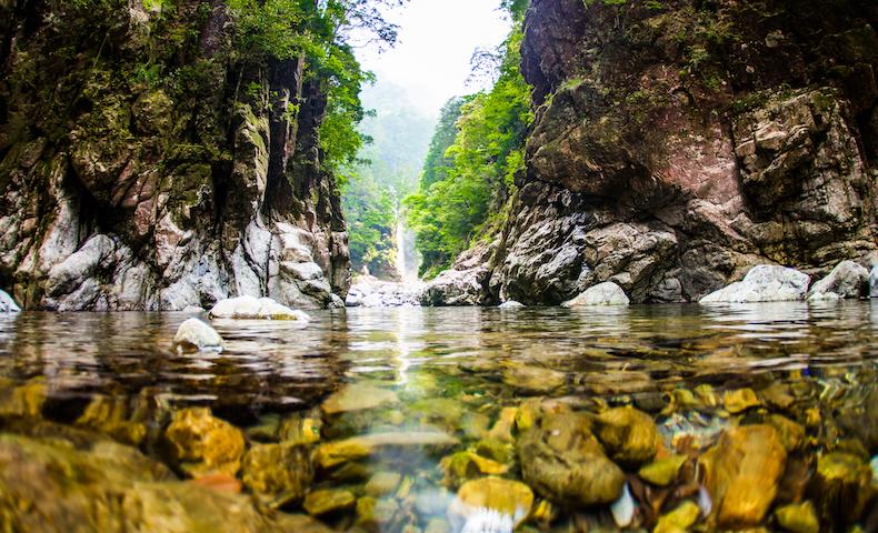 大岩の屏風の間に滝が見えるシシ淵はまさに秘境